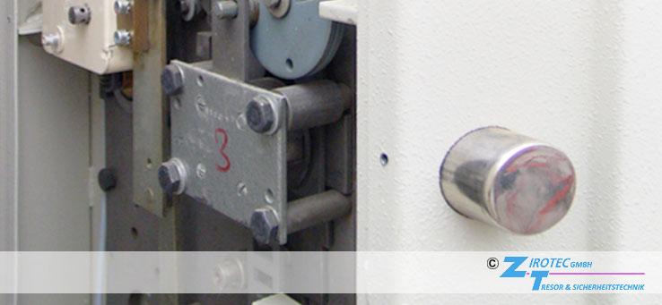 Zirotec-Tresore hilft bei der Tresor-Notöffnung. Eine Öffnung ohne Schlüssel oder Zahlencode ist bei bekannten Safe- und Wertschutzschrank-Modellen sowie deren Schloss beschädigungsfrei bzw. zerstörungsfrei möglich. Unser Tipp: Rufen Sie gleich an, damit Sie schnell wieder an Ihre Wertsachen gelangen! Tresornotöffnung